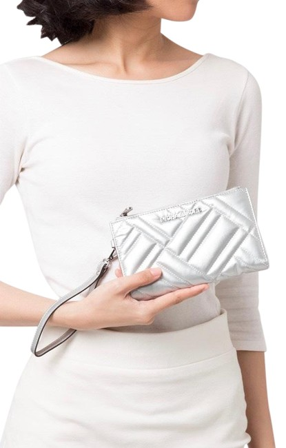Item - Peyton Large Double Silver Smooth Quilted Wristlet