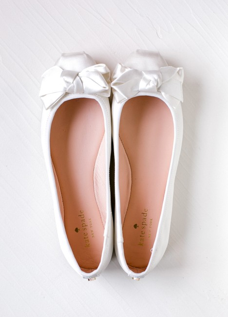 Item - Cream Bow Satin Flats Formal Size US 6 Regular (M, B)