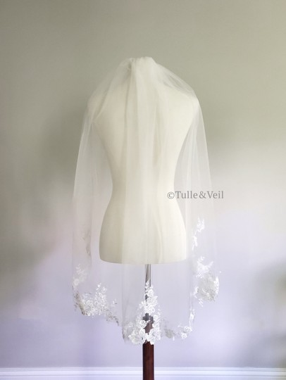 Preload https://img-static.tradesy.com/item/27609393/ivory-short-lace-with-sequins-and-pearls-bridal-veil-0-0-540-540.jpg