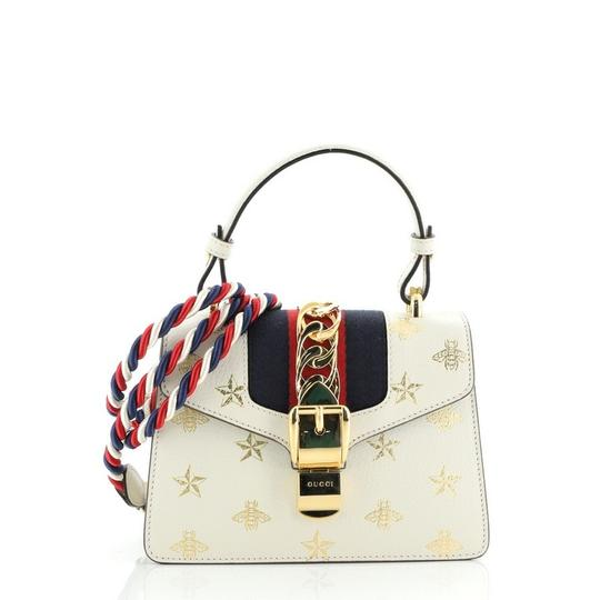 Preload https://img-static.tradesy.com/item/27613083/gucci-sylvie-top-handle-printed-mini-gold-print-white-leather-shoulder-bag-0-0-540-540.jpg