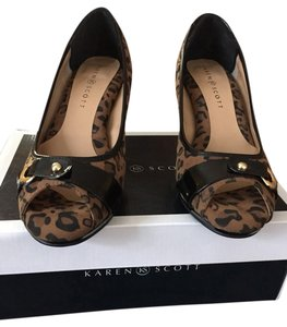 Karen Scott Pumps