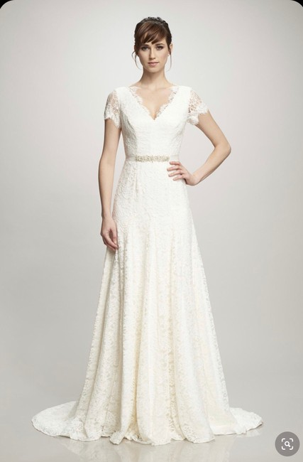 Item - Ivory Lace Cap Sleeve Feminine Wedding Dress Size 8 (M)