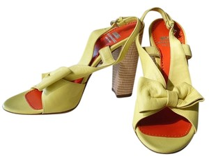 Moschino yellow Pumps