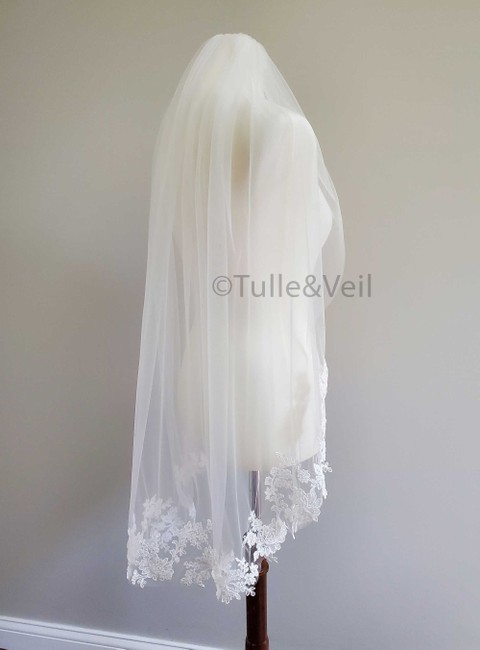 Item - Ivory Short Fingertip Length Lace with Sequins Beads and Pearls Bridal Veil