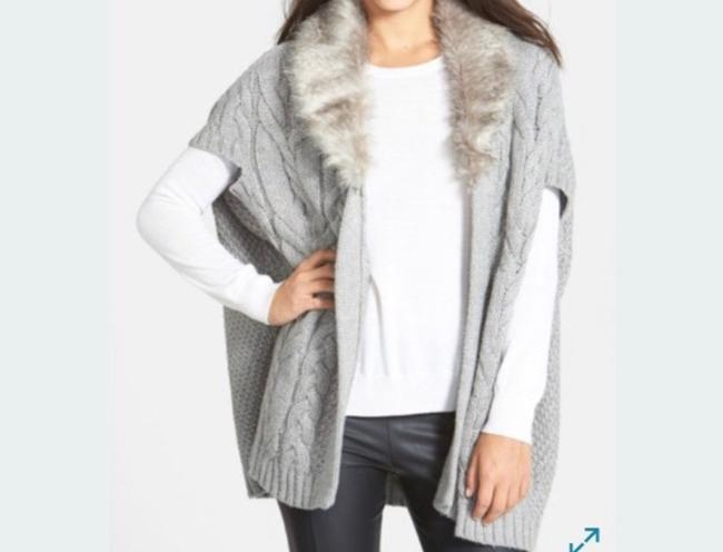 Nordstrom Grey & White Chunky Cable Knit Faux Fur Open Cardigan Sweater Vest Size OS (one size) Nordstrom Grey & White Chunky Cable Knit Faux Fur Open Cardigan Sweater Vest Size OS (one size) Image 3