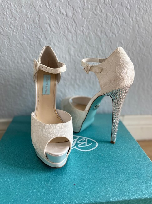 Item - White Pumps Size US 7 Regular (M, B)
