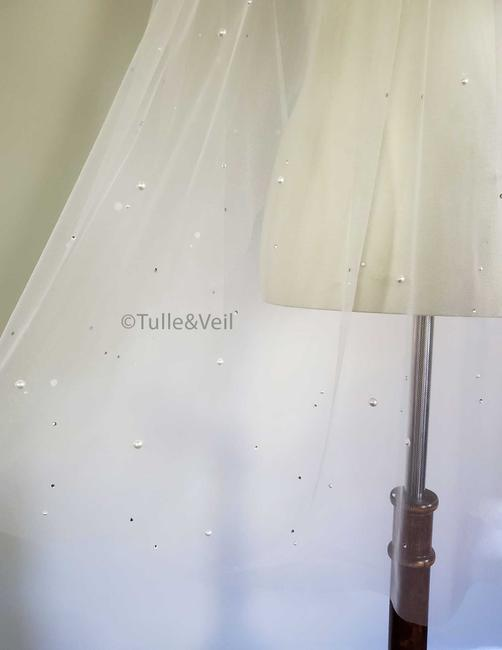 Item - Ivory Short Single Tier Pearl and Crystal Bridal Veil