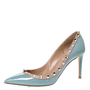 Item - Grey Patent Leather Rockstud Pointed 39.5 Pumps