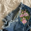 American Eagle Outfitters Blue Pink Floral Embroidered Jean Shorts Size 0 (XS, 25) American Eagle Outfitters Blue Pink Floral Embroidered Jean Shorts Size 0 (XS, 25) Image 4