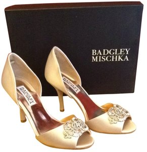Badgley Mischka Leather Sole Vanilla Pumps