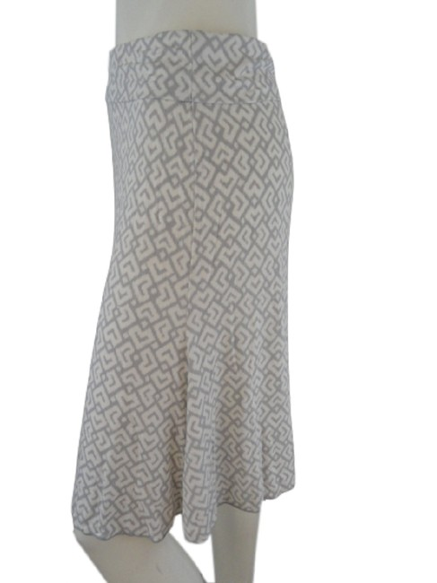 Item - Light White and Grey Pattern with Elastic Waist Band Skirt Size 2 (XS, 26)
