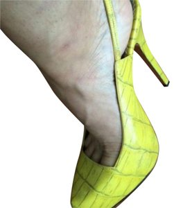 Report Signature yellow Pumps