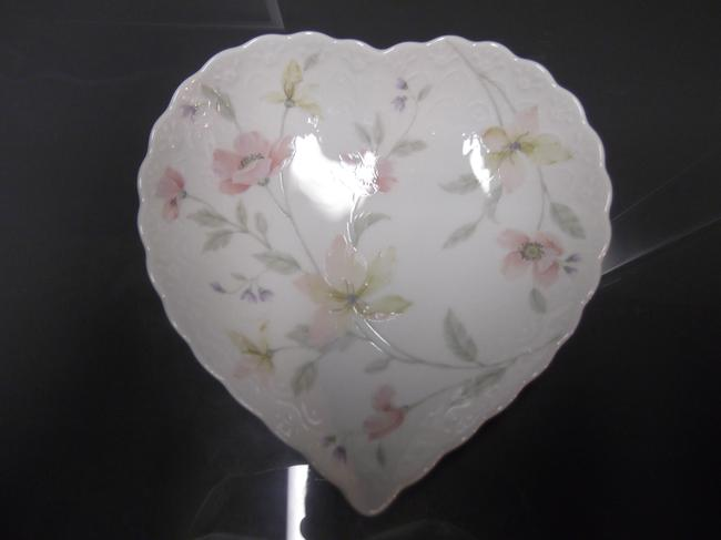 Item - White Yellow Pink Green Pastel Flowered Heart Decoration