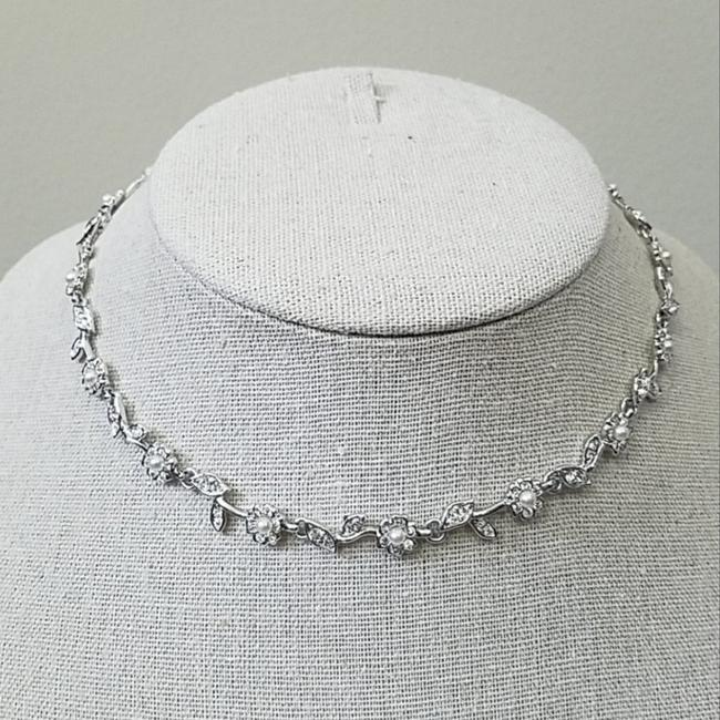 Item - Silver Daisy Flower Necklace