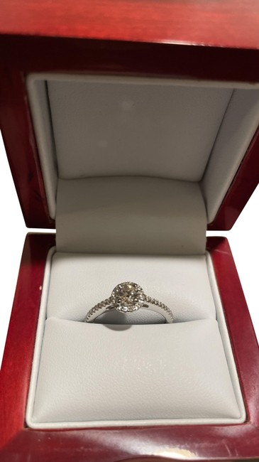 Item - White Gold Luxury Engagement Ring