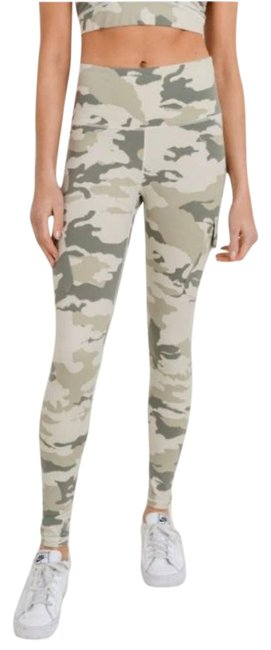 Item - Cream XS Highwaisted Camo Lite Print Cargo Activewear Bottoms Size 0 (XS, 25)