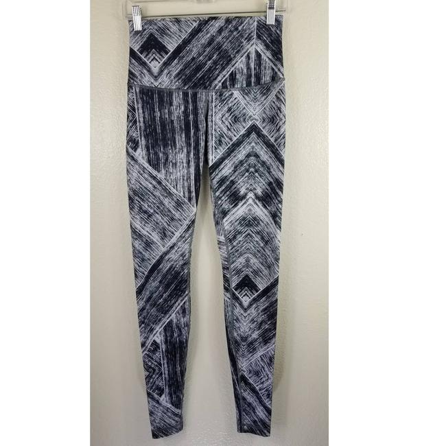 Item - Black Abstract Black/White Activewear Bottoms Size 6 (S, 28)