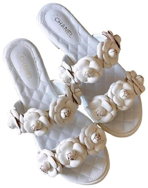 Item - White Lambskin Camellia Garland Cc Sandals Flats Mules/Slides Size EU 37 (Approx. US 7) Regular (M, B)
