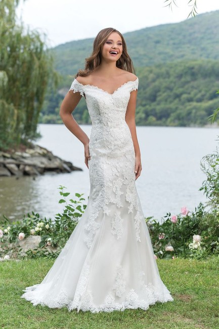 Item - Ivory/Sand Sweetheart 6166 Fitted Off The Shoulder Traditional Wedding Dress Size 14 (L)