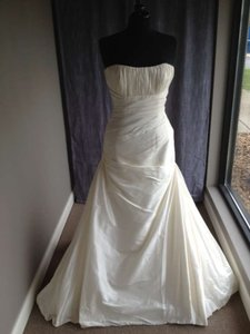 Pronovias Haya Feminine Wedding Dress Size 12 (L)