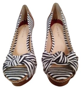 Gianni Bini navy white stripe/tan leather Pumps