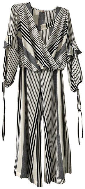 Item - Black and White Flare Top Pant Suit Size 8 (M)