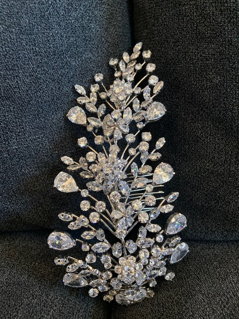 Item - Silver Stunning Crystal Comb Hair Accessory