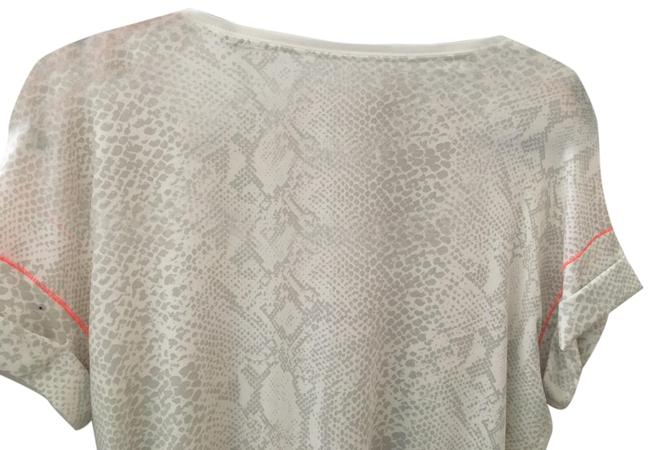 Item - White with Gray Snak Skin Print Weekend Tee Shirt Size 8 (M)