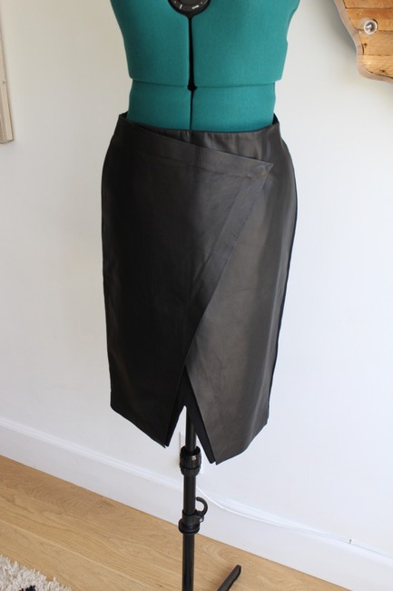 Item - Black Derion Easeful Notched Leather Skirt Size 4 (S, 27)