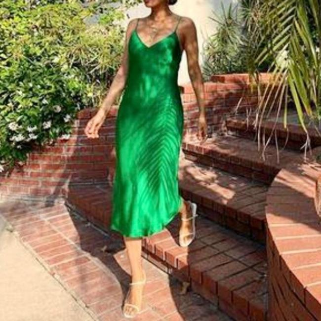 Item - Green Ruched Flowy Midi Sleeveless V Neck Stretch Mid-length Cocktail Dress Size 8 (M)