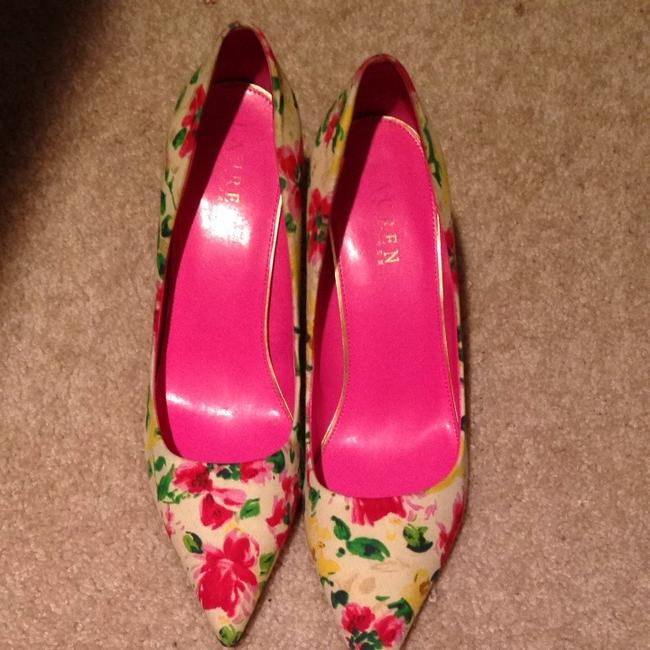 Item - White Background with Multi-color Flowers Pumps Size US 9 Regular (M, B)