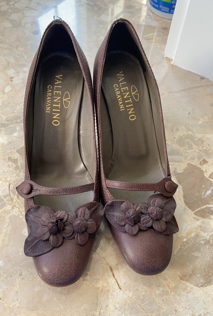 Item - Box Brown Leather with Rosettes At Toe and Stacked Heels. Classic and Comfortable Pumps Size US 8.5 Regular (M, B)