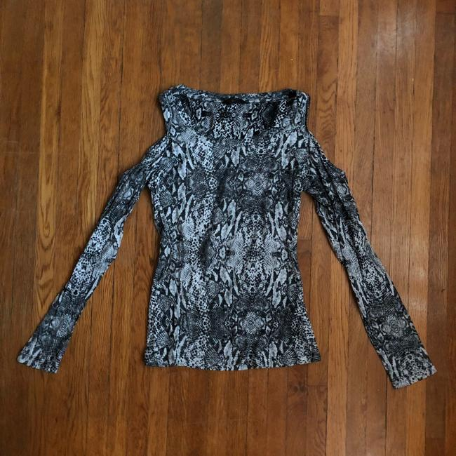 Preload https://img-static.tradesy.com/item/2931013/guess-black-and-white-snake-skin-print-night-out-top-size-0-xs-0-1-650-650.jpg