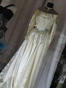 Saks Fifth Avenue Ivory Satin Bridal Gown Late 1940's Vintage Wedding Dress Size 2 (XS)