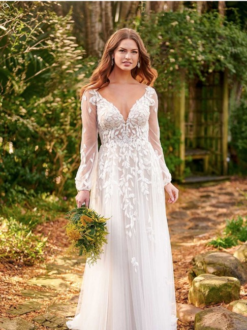 Item - Ivory D3145 Sheer Boho-style with Bell Sleeves Retro Wedding Dress Size 8 (M)