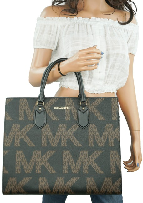 Item - Everly Lg Graphic Logo Mk Brown Black Pvc Leather Tote