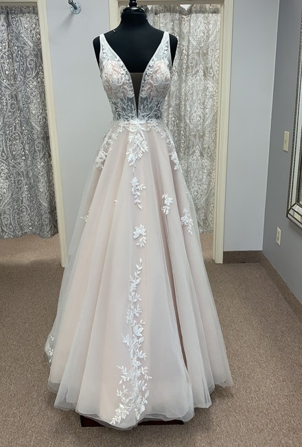 Item - Ivory/Moscato Lace and Tulle D2845 Modern Wedding Dress Size 12 (L)