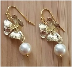 Crystazzi Glass Pearl 6mm with 24k Gold Plated Orchid Flower. Great For Bridesmaids Or Earrings