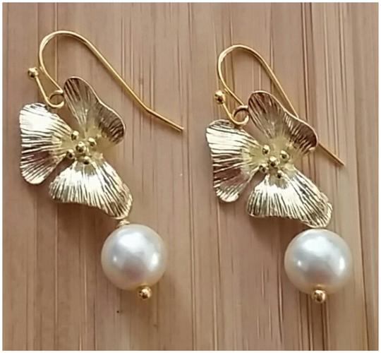 Preload https://item2.tradesy.com/images/crystazzi-glass-pearl-6mm-with-24k-gold-plated-orchid-flower-great-for-bridesmaids-or-earrings-3034276-0-0.jpg?width=440&height=440