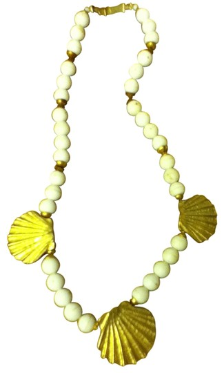 Preload https://img-static.tradesy.com/item/30458/white-and-gold-vintage-necklace-0-0-540-540.jpg