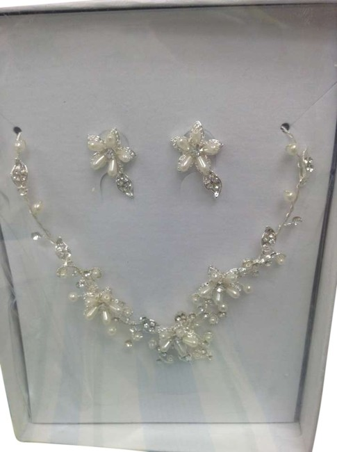 Item - Pearl And Earring Set Necklace