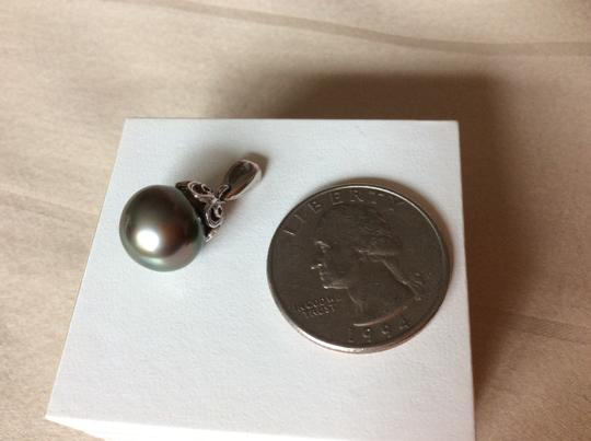 Tahitian black pearl Round Tahitian black pearl with 18k white gold pendant
