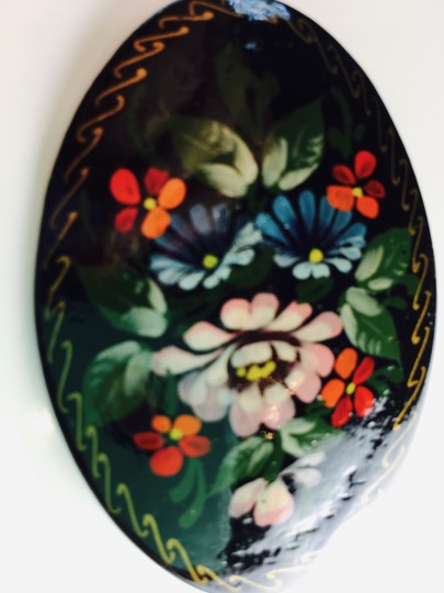 RUSSIAN ARTIST AUTHENTIC HAND PAINTED AND SIGNED LACQUERED PIN WITH FLOWER DESIGN