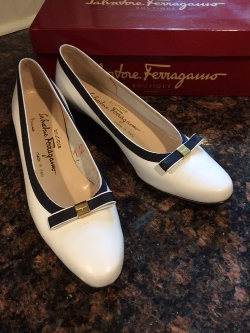 Item - White with Navy Blue Trim Vintage Classic Pumps Size US 7.5 Narrow (Aa, N)