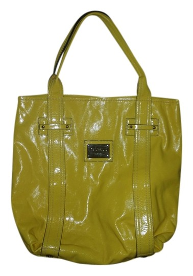 Preload https://item3.tradesy.com/images/guess-tote-bag-yellow-3321022-0-0.jpg?width=440&height=440
