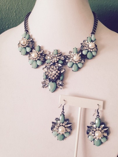 Other 2 Piece Set, Faceted Mint & Clear Crystal W/Pearls Statement Necklace & Earrings