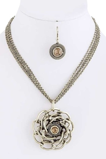 Preload https://item2.tradesy.com/images/gold-burnished-tone-metal-flower-pendant-fashion-necklace-342776-0-0.jpg?width=440&height=440