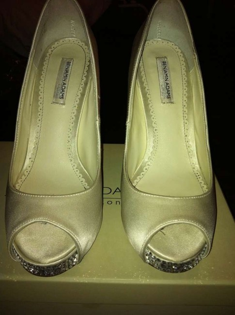 Item - Ivory Duchesse Silk Rhianna Pumps Size US 7.5