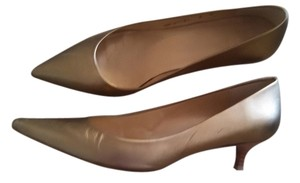 Stuart Weitzman Leather Matte Poco Kitten Heel bronze Pumps
