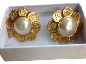 Chanel (SUMMER SALE) Chanel Sunflower CC Logo Faux Pearl Earring